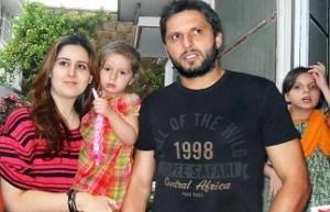 शाहिद अपनी पत्नी (और ममेरी भहन) नादिया के साथ