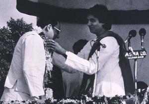 अमिताभ और राजीव गांधी एक चुनावी रैली के दौरान